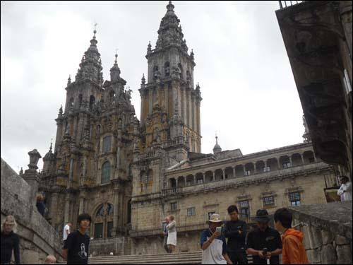 아이들은 순례길 중간 중간에 산티아고 대성당에 이르기까지 크고 작은 성당들을 수없이 만났다고 합니다.