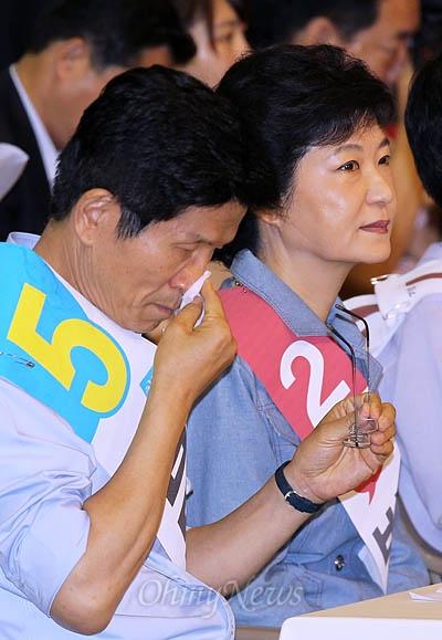 6일 오전 서울 송파구 올림픽공원 체조경기장에서 열린 새누리당 제18대 대통령후보자 선거 서울 합동연설회에 박근혜, 김문수 후보가 나란히 참석해 앉아 있다.