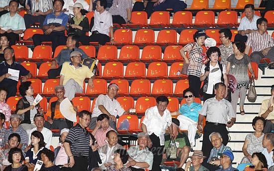 6일 오전 서울 송파구 올림픽공원 체조경기장에서 열린 새누리당 제18대 대통령후보자 선거 서울 합동연설회에서 박근혜 후보의 연설이 끝나자 일부 참석자들이 집단퇴장해 빈 자리가 눈에 많이 띈다.