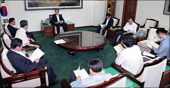 충남도의회(의장 이준우) 의장단이 6일 긴급 모임을 갖고 오는 24일 개회될 후반기 첫 임시회와 관련 변화된 의정활동 계획을 논의했다.