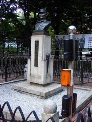 '박정희 흉상' 주변에는 이중펜스와 적외선 탐지기가 있다. 하지만 이중펜스 문은 열려있고 적외선 탐지기는 2001년부터 작동하지 않았다.