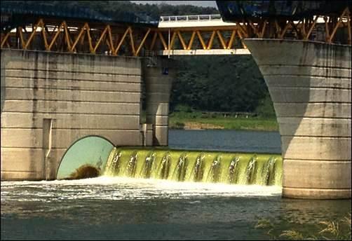 이명박 대통령 작품인 낙동강 달성보의 '녹차 폭포'를 구경하세요. 올 여름 휴가는 녹즙 천국 낙동강에서!