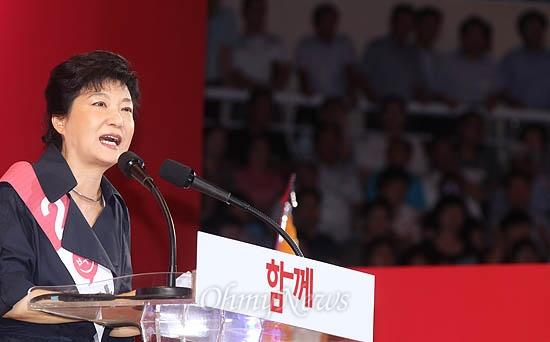 9일 새누리당 대선후보 대구경북 합동연설회가 열린 김천 실내체육관. 박근혜 후보의 연설을 지켜보는 이들로 관중석이 꽉 차 있다.