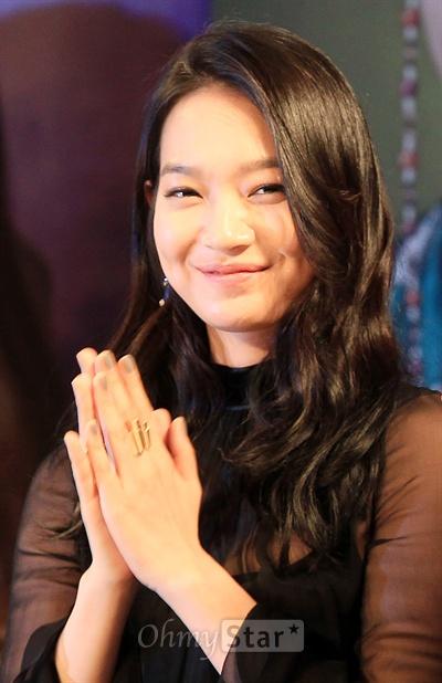 10일 오후 서울 장충동의 한 호텔에서 열린 MBC수목미니시리즈 <아랑사또전> 제작발표회에서 사랑스러운 원귀 아랑 역의 배우 신민아가 박수를 치며 웃고 있다.