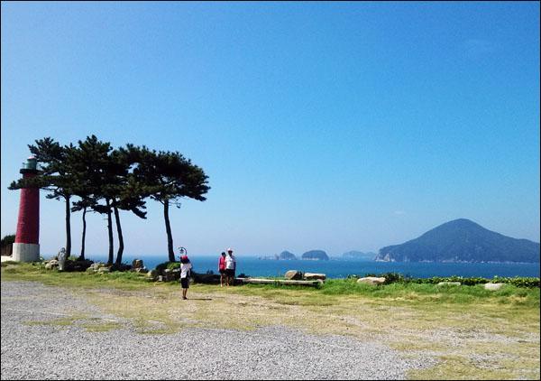 섬 거제도 도장포마을 해금강테마박물관에서 바라 본 형제섬. 그 뒤로 대소병대도가 보인다.
