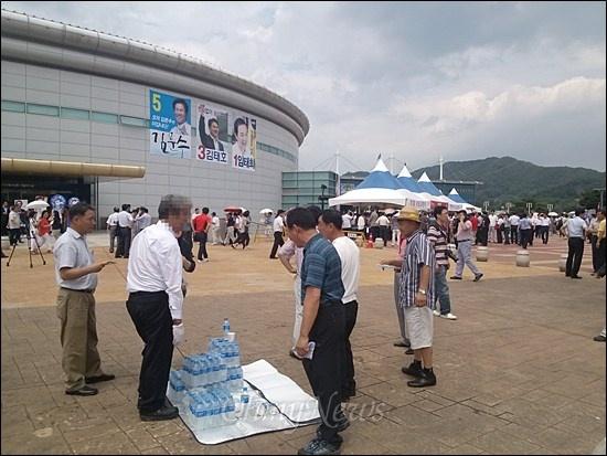 9일 새누리당 대선 경선 후보 합동연설회가 열린 경북 김천시 김천실내체육관 앞.