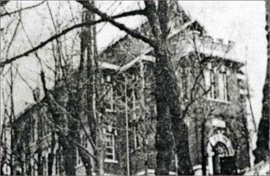 이한림과 장도영이 졸업한 군사영어학교의 당시 모습. 이 학교는 미 군정청이 통역요원과 임시 장교양성 목적으로 세운 것으로 서울 서대문구 냉천동에 자리 잡고 있었으며, 현재는 감리교신학대학 건물로 사용되고 있다.