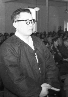 '반혁명사건'에 연루된 장도영 전 국가재건최고회의 의장이 1962년 1월 혁명재판소에서 수의 차림으로 눈을 감은 채 검찰 측의 사형 구형을 듣고 있다.