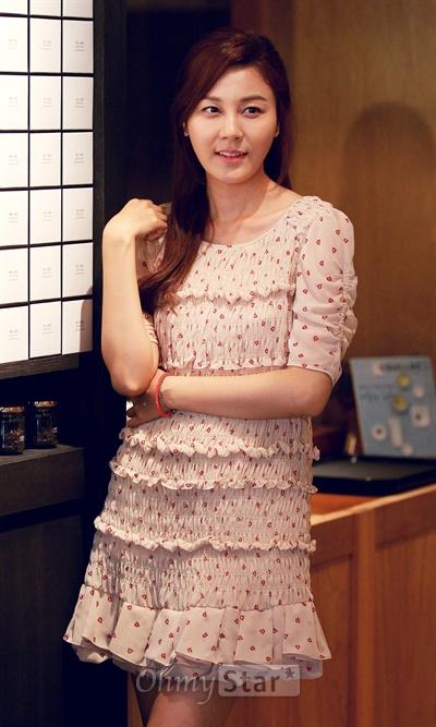 13일 오후 서울 명동의 한 카페에서 인터뷰를 마친 뒤 SBS드라마 <신사의 품격>의 서이수 역의 배우 김하늘이 아름다운 자태로 포즈를 취하고 있다.