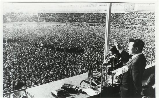 효창공원 연설(1969년) 김대중 의원이 1969년 효창공원에서 박정희의 3선개헌을 규탄하는 연설을 하고 있다. 연설 제목은 '3선개헌은 국체의 변형이다'였다.