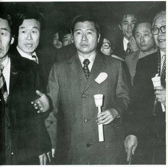 김대중의 촛불시위 1976년 3월 1일 명동성당에서 3.1민주구국선언을 발표하고 촛불시위를 하고 있다. 이 사건으로 구속된 김대중은 2년 10개월 동안 감옥에 갇힌다.