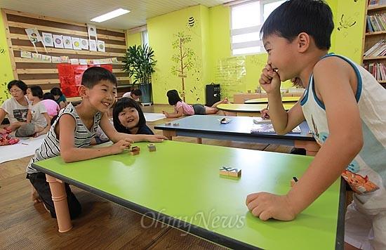 13일 오후 서울 동작구 상도동 성대골 마을학교에서 황서준과 박원명이 알까기 놀이를 하며 즐거운 시간을 보내고 있다.