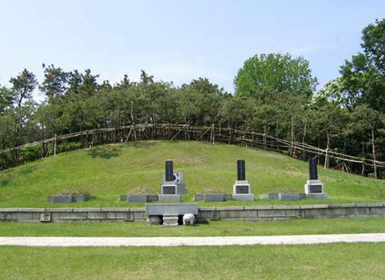 용산구 효창원에 있는 '3의사 묘역'은 해방후 환국한 백범 김구 선생이 조성한 것으로 윤봉길·이봉창·백정기 의사의 유해가 안장돼 있다. 비석이 없는 왼쪽 끝은 안중근 의사의 가묘.