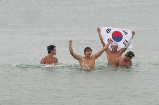 15일 오전 7시 30분 독도 접안에 성공한 김장훈 8.15 독도 수영 횡단 팀.