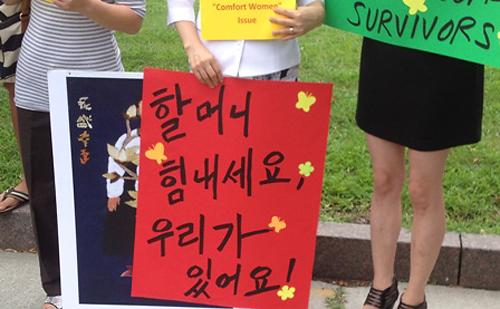 """워싱턴 수요시위 """"할머님들 힘내세요"""" 시위 참여한 여성들의 피켓"""