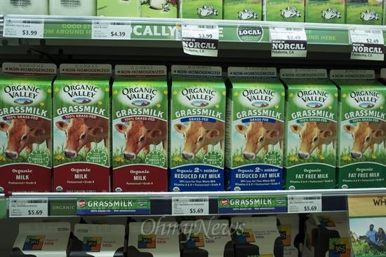 유기농을 주로 취급하고, 근거리 지역제품을 위주로 판매하는 식품점에서도 100% 풀을 먹고 자란 유기농 우유는 단 한 종류 품이었다. 대부분 유기농 우유 역시 옥수수 사료를 먹고 자란 젖소일 것이다. 또한 풀먹는 소 라고 명시 되었을 뿐 송아지를 낳고, 적어도 일정 기간 새끼에게 젖을 물렸다던지 질병이나 장애 등의 몸상태는 표기되어있지 않다.