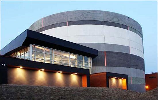 '태양의서커스' 본사 건물 역시 친환경적으로 설계됐다. 건물 아래쪽은 옛 쓰레기매립지다.