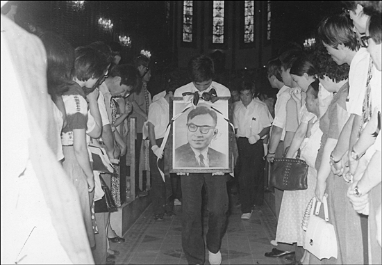 1975년 8월 22일 서울 명동성당에서 열린 장준하 선생 장례식에서 장호준 목사가 고인의 영정을 들고 발걸음을 옮기고 있다.