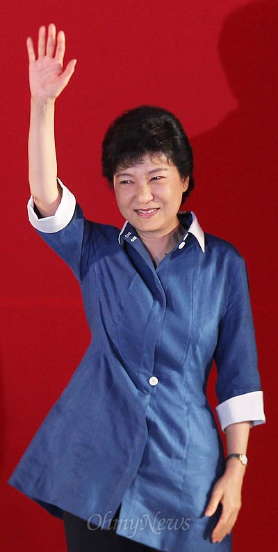 20일 새누리당 전당대회에서 대통령 후보자로 선출된 박근혜 후보가 손을 들어 인사하고 있다.
