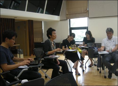 동숭동 예술가의 집에서 기자들과 일문일답을 하는 김승덕 커미셔너