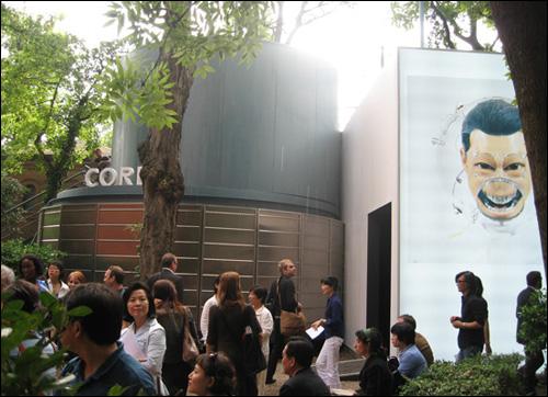 2007년 베니스비엔날레 한국관 이형구 작가 전시홍보물이 보인다. 한국관은 입구에 원통 있고 유리 전시장 공간이 있고 밖에는 홀이 있으나 매우 협소해서 전시의 난이도가 높다