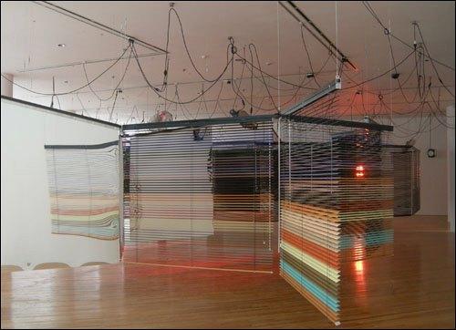 아트선재센터에서 전시된 2009년 베니스비엔날레 한국관 작가 양혜규 작품 '일련의 다치기 쉬운 배열-셋을 위한 그림자 없는 목소리' 특정적 설치 알루미늄 블라인드, 무빙라이트, 거울, 가습기, 적외선 히터, 사운드스테이션, 향 분사기, 미디 전환기 2008