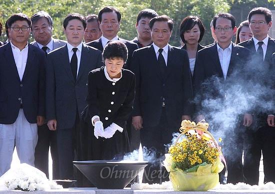 박근혜 새누리당 대통령후보가 21일 경남 김해 봉하마을 노무현 전 대통령 묘역을 찾아 분향하고 있다.
