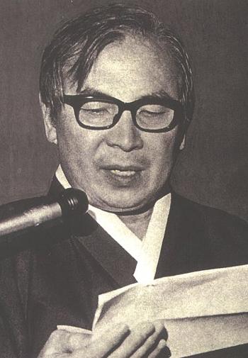 1973년 12월 24일 서울 YMCA 2층 총무실에서 개헌 청원 백만인 서명운동을 발표하는 장준하.