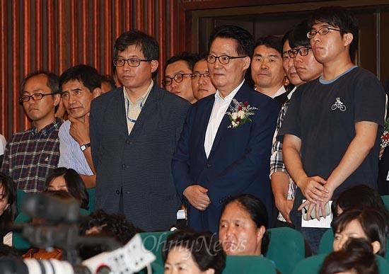 박지원 민주통합당 원내대표를 비롯한 수많은 시민들이 22일 오후 서울 여의도 국회 도서관 강당에서 '내일을 생각하는 국회의원 모임' 주최로 열린 법륜 스님 초청 토크콘서트에 참석해 법륜 스님의 강연을 경청하고 있다.