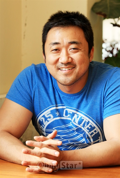 영화<이웃사람>에서 악덕사채업자 혁모 역을 맡아 인상깊은 연기를 선보인 배우 마동석. 16일 오후 서울 팔판동의 한 카페에서 미소를 짓고 있다.