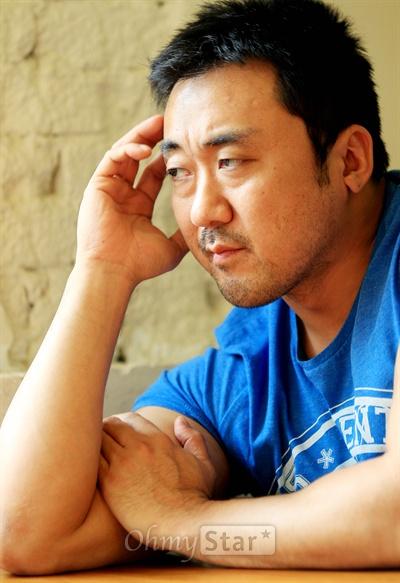 영화<이웃사람>에서 악덕사채업자 혁모 역의 배우 마동석. 16일 오후 서울 팔판동의 한 카페에서 강렬한 인상을 보여주고 있다.