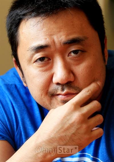 영화<이웃사람>에서 악덕사채업자 혁모 역의배우 마동석. 16일 오후 서울 팔판동의 한 카페에서 인상깊은 눈빛을 보여주고 있다.