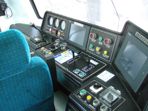지하철 기관사는 정신집중이 필요한 운전중에 에어컨 조작까지 해야 하는 부담이 있다.