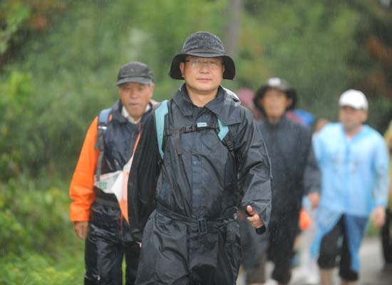 비를 맞으며 걷고 있는 채인석 화성시장