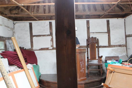 남녀유별의 예배당 모습을 읽을 수 있는 중간 기둥.  이 기둥을 중심으로 커텐을 쳐서 서로 볼 수 없게 막고 남녀가 좌우로 나누어 앉아 예배를 드렸다. 이런 것에서도 교회의 역사적 연륜을 읽을 수 있다.
