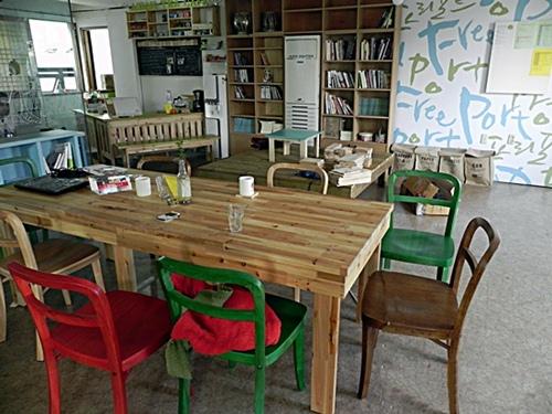 파티 등 모임 시 대관도 가능한 약 30인석가량의 카페 공간.