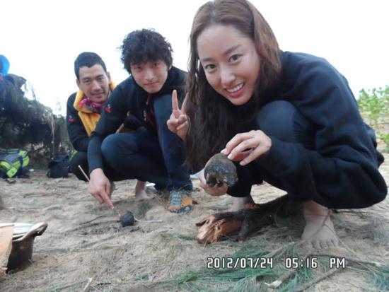 SBS <정글의 법칙> IN 마다가스카르 편에 (오른쪽부터) 전혜빈, 정진운(2AM), 박정철이 새 멤버로 투입됐다. 9월 2일 첫 방송