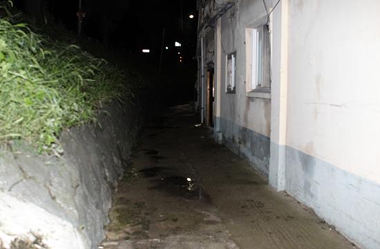 30일 전남 나주에서 집에서 잠자던 초등학교 1학년 여학생이 납치돼 성폭행당해 충격을 주고 있다. 사진은 이날 오후 납치 이동 경로로 추정되는 골목의 모습.
