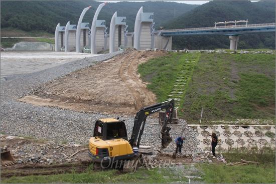 한국수자원공사는 낙동강 합천창녕보 생태공원에 '어도'를 만들어 놓았는데, 최근 들어 공사를 새로하고 있다. 어도 중간에 사람이 건널 수 있도록 돌다리를 만들어 놓았는데 유속에 지장을 주면서 돌을 거둬내고 나무다리를 설치하는 공사를 벌이고 있다.