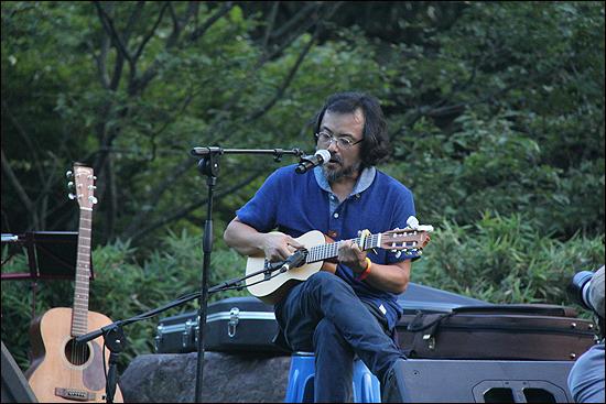 일철 스님과 함께 '무등산 풍경소리'를 처음으로 연 임의진 목사가 '무등산 풍경소리 10주년 공연'에서 노래를 하고 있다.