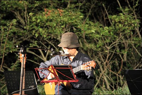 '무등산 풍경소리'의 첫 노래손님이었던 가수 김두수. 풍경소리 10주년 공연에서도 그 처음처람 노래를 했다.