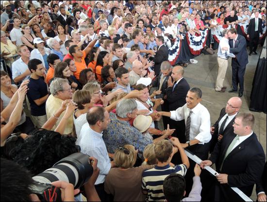연설을 마친 뒤 청중들과 악수하는 오바마 대통령.