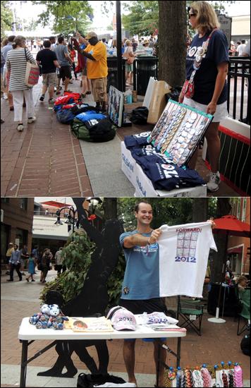 오바마 티셔츠, 모자, 배지 등을 파는 노점상. 위는 유세 전, 아래는 유세 후인데 별 차이 없이 재미를 못본 듯. 유세 후 반값에 티셔츠를 판다고 외쳐보지만 아무도 거들떠 보지 않는다.
