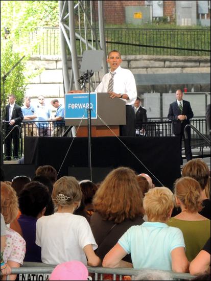 오바마 대통령은 최근(8/16) 실시된 '라이프타임 TV' 여론조사 결과 2008년 당시와 마찬가지로 여성들에게 두자릿수 차이로 상대 후보를 앞선 것으로 나타났다. 유세장 앞자리를 차지한 여성들.