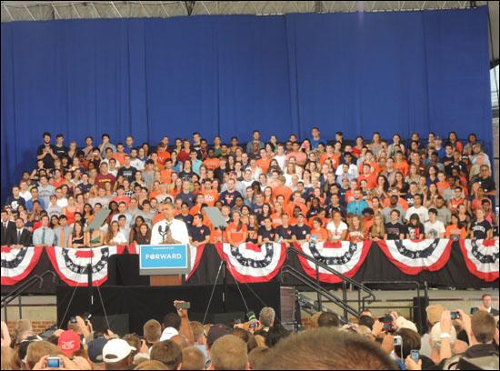 당초 계획했던 오바마 대통령의 UVA 유세는 학교측의 거절로 무산되었다. 장소를 옮겨 시내에서 벌어진 유세에 UVA 학생들이 단상에 자리를 잡았다.