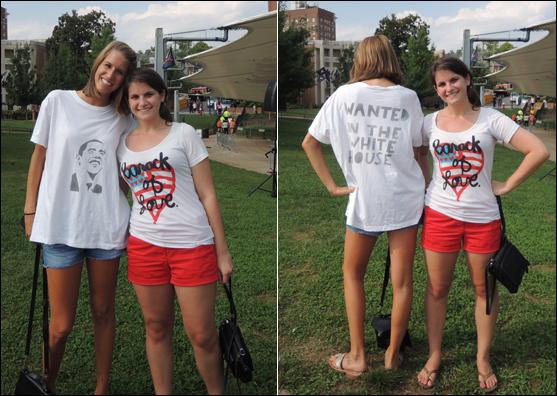 """깜찍한 오바마 티셔츠를 입은 UVA 여학생들. 정치학을 전공하는 에밀리(오른쪽)는 처음으로 투표하게 되는 11월이 기다려진다. 두 여학생 사진을 찍은 뒤 자리를 떠나려 할 때 에밀리는 """"잠깐만요. 여기 뒤 좀 봐 줘요!""""라고 말했다. """"지명수배: 백악관에서 (누구를?) 바로 앞에 있는 이 사람, 오바마!' :D"""