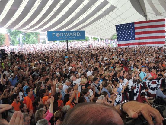 대통령 연설 도중 박수를 보내고 환호하는 청중들. 모두 선 채로 대통령의 말을 경청했다.