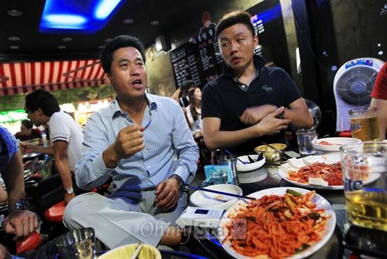 tvN드라마 <응답하라 1997>이 인기를 끌고 있는 가운데 29일 밤 서울 구수동의 한 주점에서 1990년대 후반 H.O.T를 담당했던 정해익씨와 젝스키스를 담당했던 김기영씨(왼쪽부터)가 당시의 흥미진진했던 뒷이야기들을 전해주고 있다.