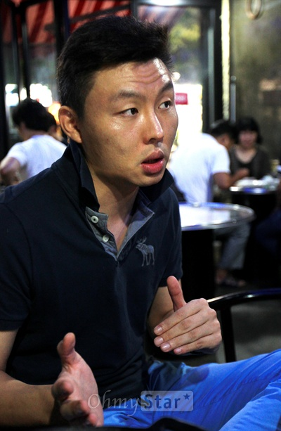 tvN드라마 <응답하라 1997>이 인기를 끌고 있는 가운데 29일 밤 서울 구수동의 한 주점에서 1990년대 후반 젝스키스를 담당했던 김기영씨가 당시의 야사를 비롯한 흥미진진한 이야기를 풀어내고 있다.