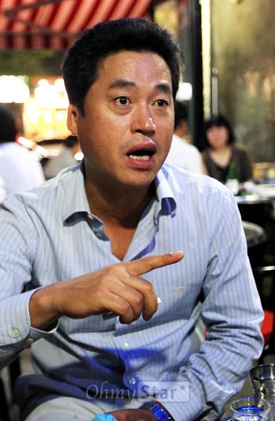 tvN드라마 <응답하라 1997>이 인기를 끌고 있는 가운데 29일 밤 서울 구수동의 한 주점에서 1990년대 후반 H.O.T를 담당했던 정해익씨가 흥미진진했던 옛이야기를 풀어내고 있다.